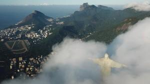 FOTO: Melawan Tinggi, Merenovasi Patung Yesus di Brasil