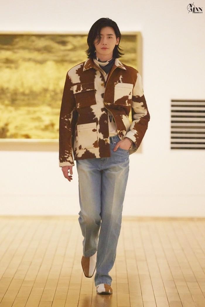 Selain itu Lee Jong Suk ingin membantu industri fashion Korea sambil menunjukkan kesetiaannya kepada desainer Ko Tae Yong. Acara ini berlangsung secara online. (Gambar : soompi.com)