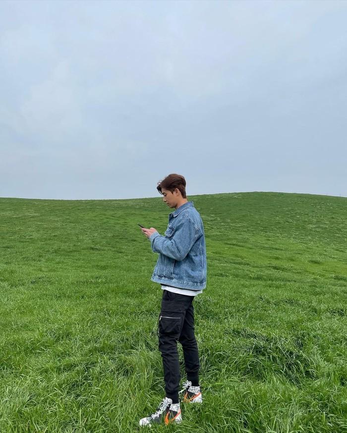 Tak hanya akun Instagram Dazed Korea yang mengunggah foto-foto ini, Park Seo Joon juga ikut mengunggah hasil pemotretan dan foto dibalik layar favoritnya di akun Instagram pribadinya. (Foto: instagram.com/bn_sj2013)