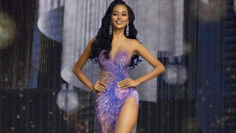 Memasuki sesi preliminary contest, Aurra Kharishma tampil memukau dengan evening gown di ajang Miss Grand International 2020. Berikut potret memukau Aurra!