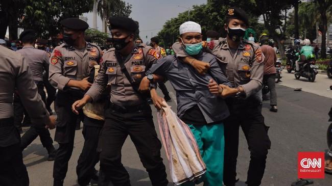 Massa simpatisan dan pendukung Rizieq Shihab sempat ricuh berhadapan dengan polisi di PN Jakarta Timur saat sidang eksepsi berlangsung, Jumat (26/3).