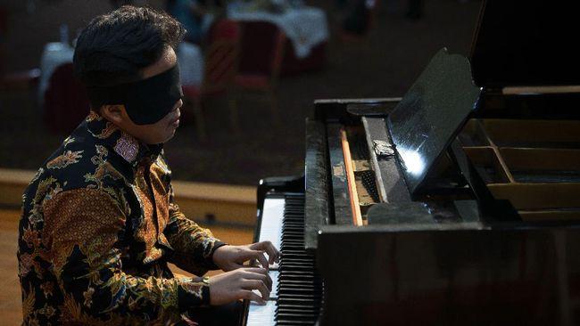 Pianis cilik asal Kendal, Jawa Tengah, Jefri Setiawan pecahkan rekor dunia dengan bermain piano 150 lagu dengan mata tertutup.