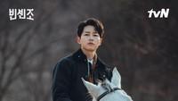 <p>Di drama Korea ini, Song Joong Ki juga menunjukkan kebolehannya dalam berkuda serta berbicara bahasa Italia. Ia belajar giat hingga mendatangkan tutor untuk mendalami bahasa yang kerap diucapkan oleh Vincenzo. (Foto: Instagram @tvndrama.official)</p>