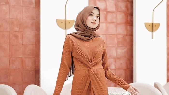 5 Ide Outfit Hijab Terracotta Super Kece dan Stunning ala Meira Amalia