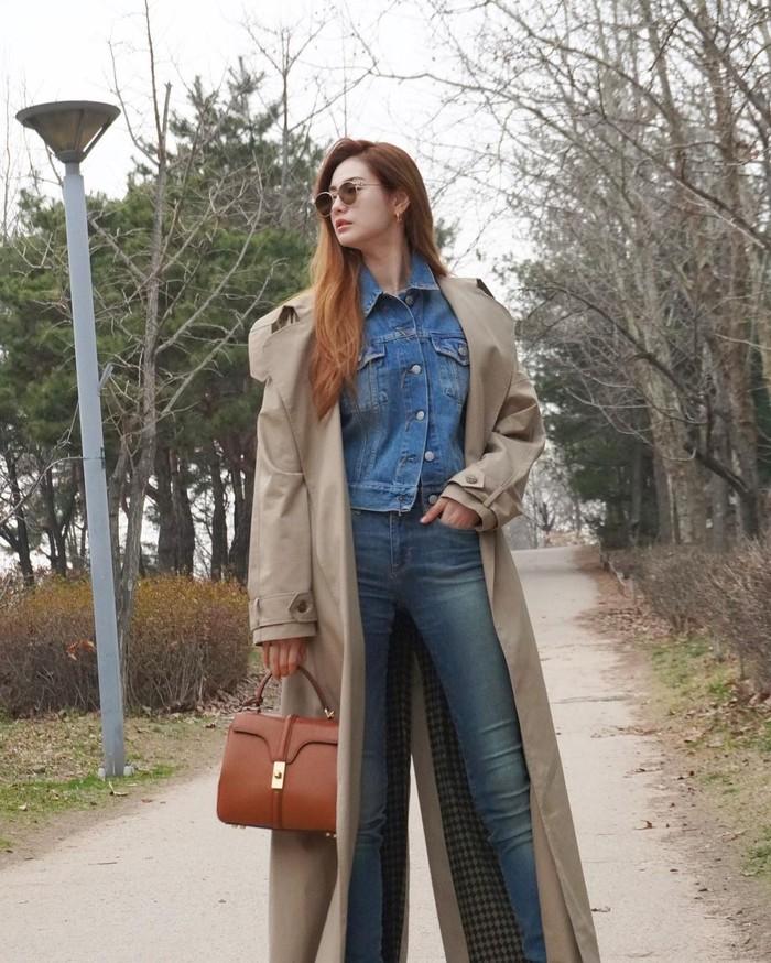 Pemakaian celana jeans panjang dan coat panjang bisa jadi pilihan bagi kamu pemilik kaki jenjang. Tanpa banyak usaha, dengan gaya ala Nana 'Si Kaki Jenjang' cukup memasukkan tangan ke celana jeans sebagai poin penegas pose/Sumber/Instagram/jin_a_nana.