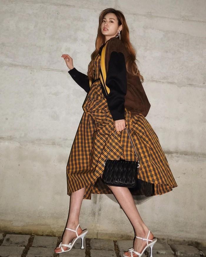 Pose melangkah juga bisa jadi pilihan bagi kamu pemilik kaki jenjang. Seperti Nana yang tampak anggun dengan rok setinggi lutut dan pose dari samping seolah berjalan/Sumber/Instagram/jin_a_nana.