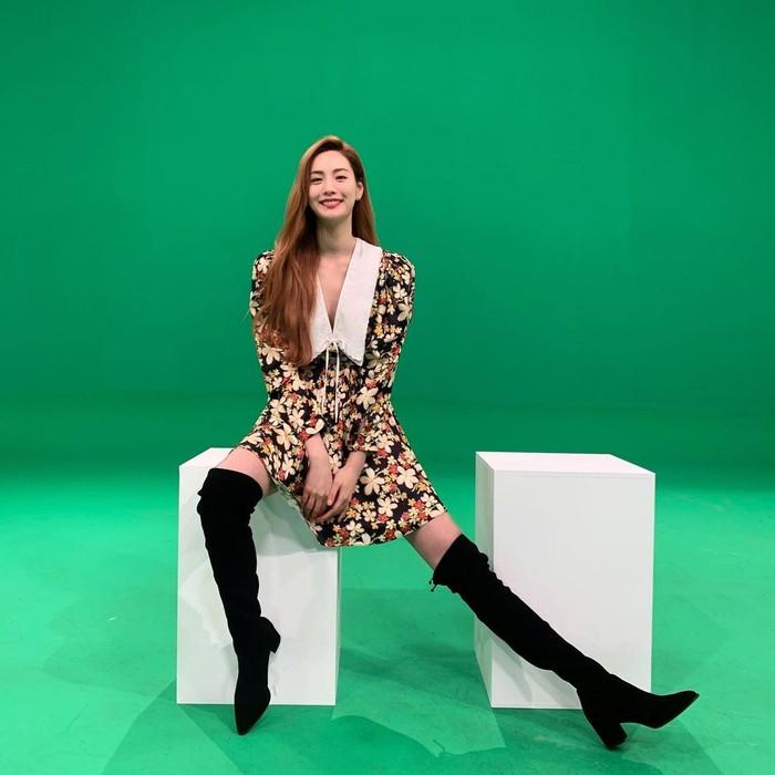 Capek dengan pose berdiri, duduk juga bisa kok. Dengan merenggangkan kaki ke salah satu sisi dan tersenyum ke arah kamera, bias jadi pilihan pose sederhana buat Si Kaki Jenjang/Sumber/Instagram/jin_a_nana.