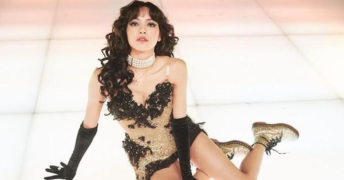 Lisa BLACK PINK tampil memukau dengan penampilannya yang serba glamour di panggung Solonya dalam acara The Show(foto:koreboo.com)