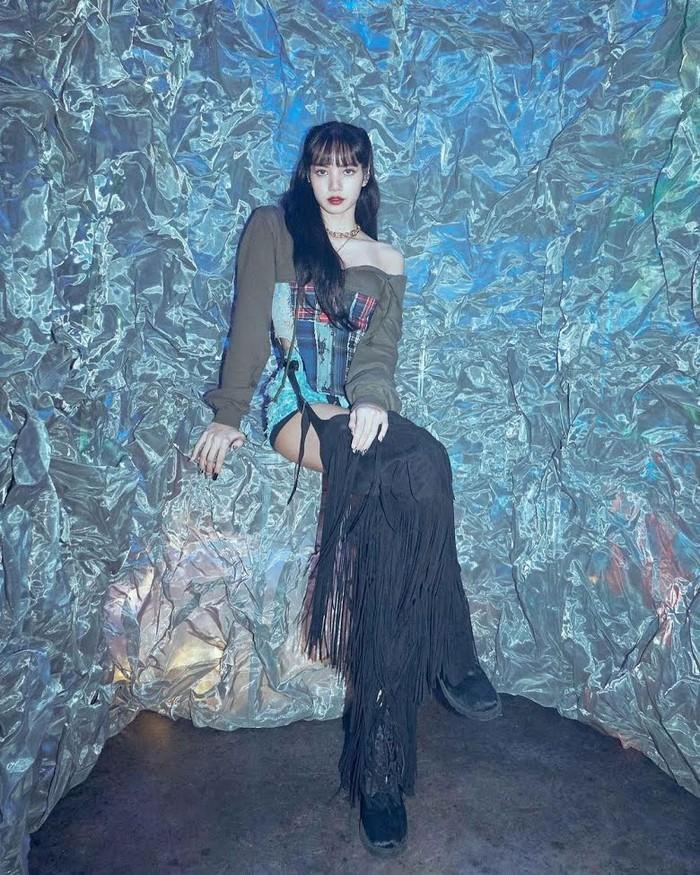 Dengan menggunakan pakaian off-shoulder, Lisa terlihat sangat memukau. Penggemar banyak mengatakan bahwa dirinya sungguh seperti berasa dari dunia lain!(foto:koreboo.com)