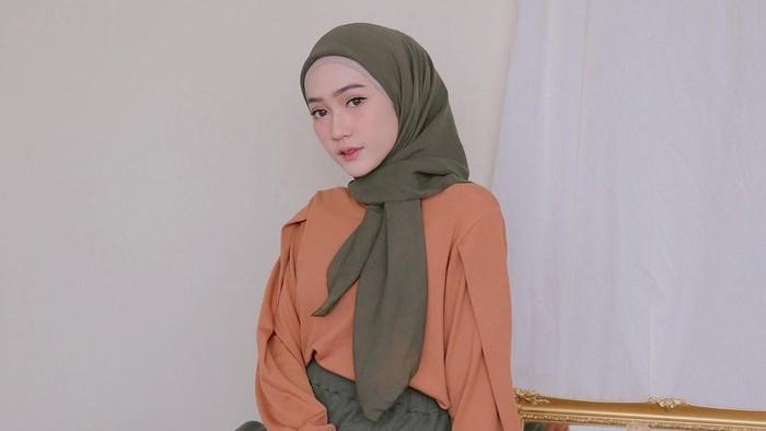 5 Inspirasi Gaya Hijab Simpel dan Menawan ala Selebgram Sinta Sri Antan