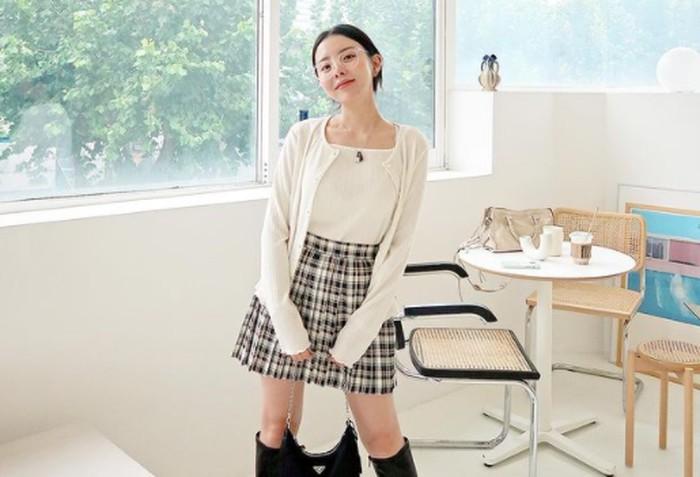 Punya selera fashion yang unik. Jung Ji Woo cocok dengan style fashion apa saja. Bahkan masih terlihat imut dan cocok jadi anggota girl group K-Pop / foto: instagram.com/mejiwoo103