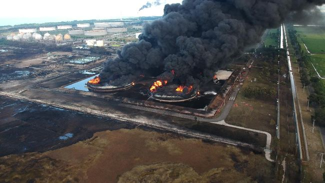 Kebakaran di tangki kilang minyak Pertamina Balongan di Indramayu, Jawa Barat, belum padam tetapi api terus mengecil.
