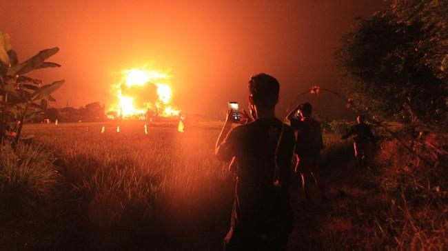 Langit malam di Balongan, Kabupaten Indramayu memerah dan diwarnai kepanikan warga saat terjadi kebakaran kilang minyak Pertamina RU-VI, Senin (29/3) dini hari.