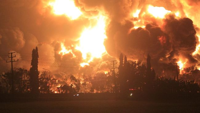 Kilang minyak PT Pertamina RU VI Balongan, Kabupaten Indramayu, Jawa Barat, terbakar pada Senin (29/3) dini hari.