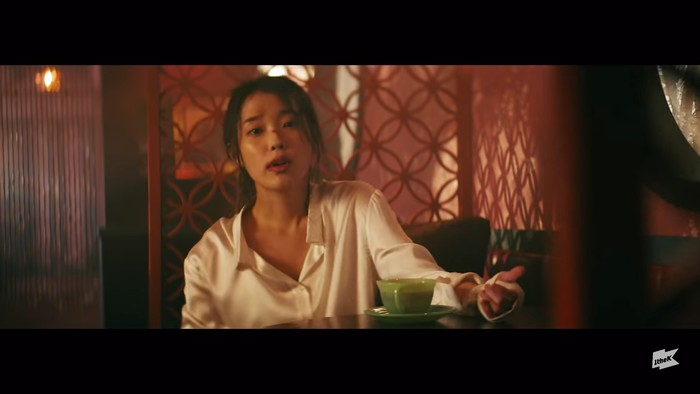 Di pertengahan MV, IU tampil dengan adegan berkelahi. Saat itu kemampuan aktingnya sangat memukau. Sedikit goresan luka di hidung serta busana kemeja putih polos terlihat relevan dengan nuansa yang ditampilkan. (Foto:youtube.com/1theK)