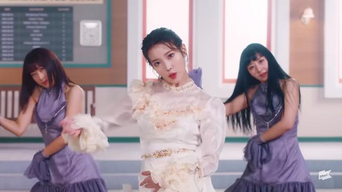 Scene yang tidak kalah menarik di MV 'Lilac' ini memperlihatkan IU sedang menari dengan gaun putih aksen ruffle. Pesonanya tampak seperti seorang princess. Kepiawaian dalam menari membuat auranya semakin terpancar. (Foto:youtube.com/1theK)