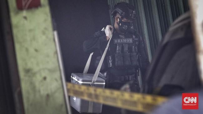 Tim Densus 88 Antiteror Polri meringkus terduga teroris di wilayah Condet, Jakarta Timur, Senin (29/3), dan mengamankan bom aktif dari operasi penangkapan itu.