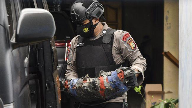 Densus 88 melakukan penggeledahan di rumah pria berinisial H di Sleman, DIY pada Jumat (2/4). Petugas membawa sejumlah barang dari penggeledahan itu.