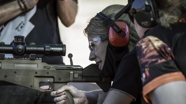 Di tengah peningkatan kejahatan, para perempuan di Afrika Selatan mulai latihan 'angkat senjata' dengan menembakkan amunisi ke sejumlah target di lapangan.