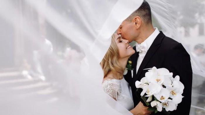 Suka Duka Memiliki Suami yang Jauh Lebih Tua