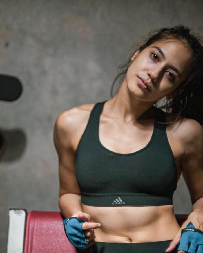 Salah satu bukti keberhasilan workout Pevita selama ini ditampilkan lewat ABS yang begitu menakubkan. Otot yang terbentuk di bagian perut itu terlihat sangat menawan. Berkat penampilannya itu, Pevita tampak semakin seksi. (Foto: instagram.com/pevpearce)