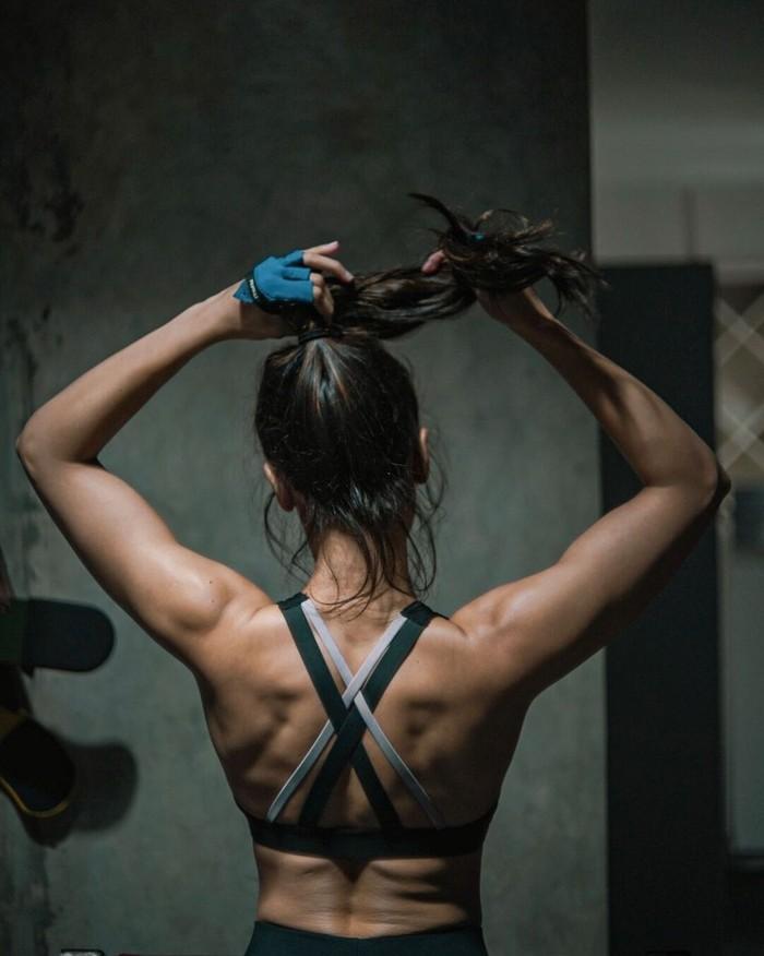 Tidak hanya otot perut dan lengan saja yang berhasil terbentuk. Bagian punggung pemain Film 5cminipun tampak sangat memesona dengan bentukan otot. Dengan gaya menguncir rambut ke atas, aura yang ditampilkan Pevita sangat body goals. (Foto: instagram.com/pevpearce)