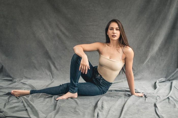 Dalam sebuah sesi pemotretan, Pevita tampil seksi dengan pose duduknya. Dengan mengenakan tanktop warna kulit menampilkan otot lengan yang memukau serta perut yang terlihat rata. Bobot tubuh Pevita tampak sangat proporsional di sini. (Foto: instagram.com/pevpearce)