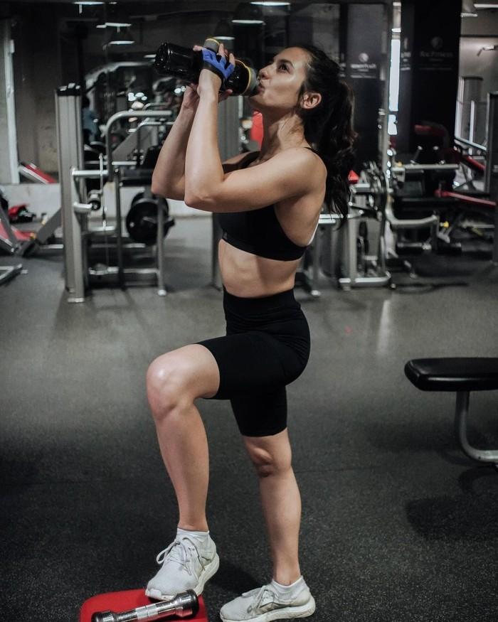Penampakan full body Pevita seperti ini memang sangat menakjubkan. Otot yang terbentuk di beberapa bagian tubuh menjadi jawaban atas usaha kerasnya melakukan latihan selama ini. (Foto: instagram.com/pevpearce)