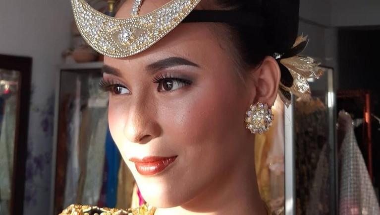 Nadia Riwu Kaho, Runner Up 2 Miss Indonesia 2020 kini tengah jadi sorotan karena diduga melakukan penipuan uang ratusan juta bersama ibu kandungnya. Berikut sosok Nadia!