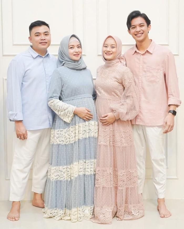 Saat mengadakan acara 4 bulanan lalu, Dinda Hauw terlihat cantik dengan outfit bumil bernunsa pink yang senada dengan sang suami. Long dress soft pink yang berpadu hijab serupa, membuat kecantikannya semakin terpancar (Foto: www.instagram.com/dindahw/).