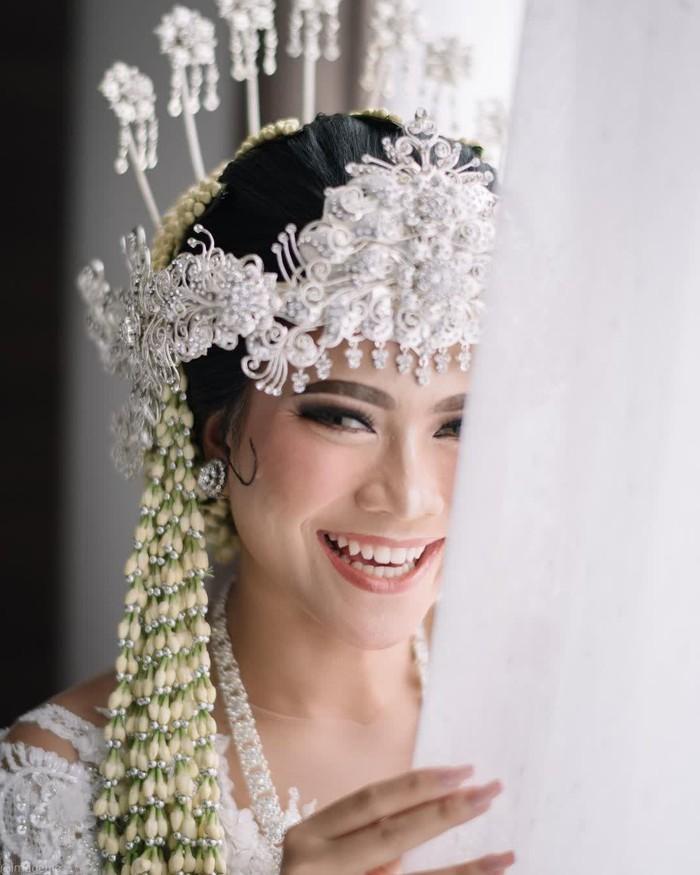 Untuk menyempurnakan penampilannya di hari bahagia tersebut, Hanum Mega mempercayakan riasannya pada MUA, Syarah Brides. Eyeshadow glam dan soft glitter terlihat sangat match dengan keseluruhan makeup look-nya. (Foto:instagram.com/imagenic)