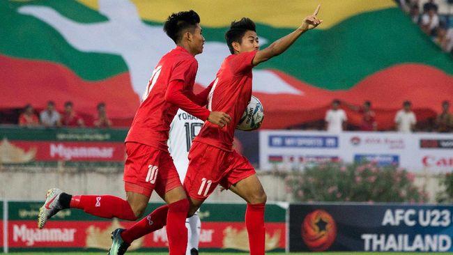 Pemain Selangor FC II asal Myanmar, Hein Htet Aung, melakukan simbol politik salam tiga jari untuk memprotes kudeta di Myanmar.