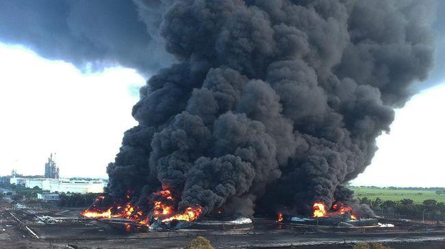 Kebakaran kilang Pertamina di Balongan, Indramayu, belum padam hingga Selasa (30/3). Namun api dilaporkan mulai mengecil.