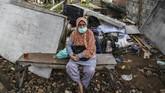 Sejumlah bangunan liar di Menteng Dalam, Jakarta, dibongkar Satpol PP untuk melakukan penataan Saluran Kalibaru Barat di lokasi itu demi mencegah banjir.
