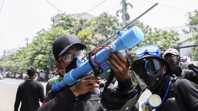 Demo besar menolak kudeta di Myanmar pada akhir pekan lalu merenggut nyawa delapan orang warga.