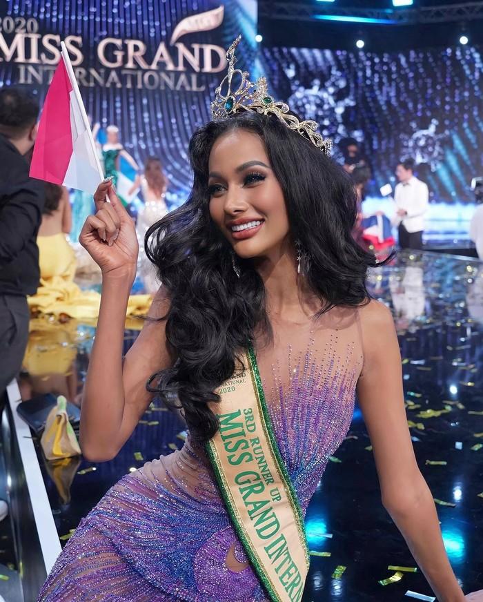 Berhasil menyabet juara runner up 3 di ajang Miss Grand International 2020, Aurra Kharishma tampil memukau dengan dress aurora dalam acara grand final. (Foto: instagram.com/aurrakharishma)
