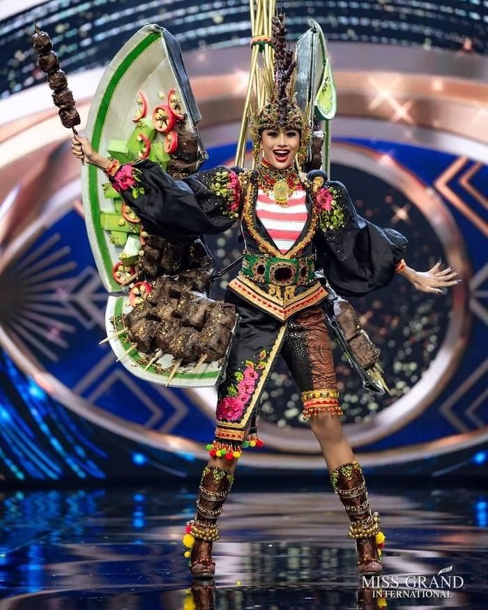 Penampilannya sempat mencuri perhatian ketika mengenakam kostum bertema sate Madura dalam National Costume Competition. (Foto: instagram.com/yayasanduniamegabintang)