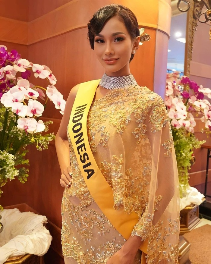 Tampil anggun dalam acara Miss Grand International 2020 Press Conference, Aurra mengenakan dress berwarna keemasan dengan rambut disanggul. (Foto: instagram.com/yayasanduniamegabintang)