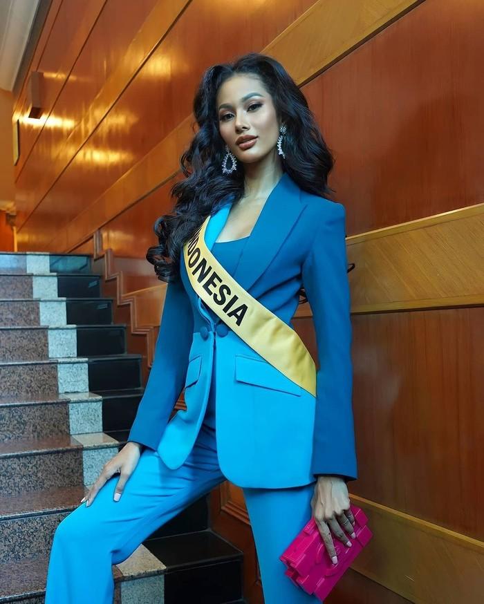 Kegiatan interview dilalui Aurra dengan balutan outfit yang nampak elegan. (Foto: instagram.com/aurrakharishma)