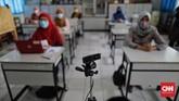 Sekolah mulai melakukan simulasi pembelajaran hybrid atau gabungan Pembelajaran Jarak Jauh (PJJ) dan tatap muka jelang buka sekolah Juli 2021.
