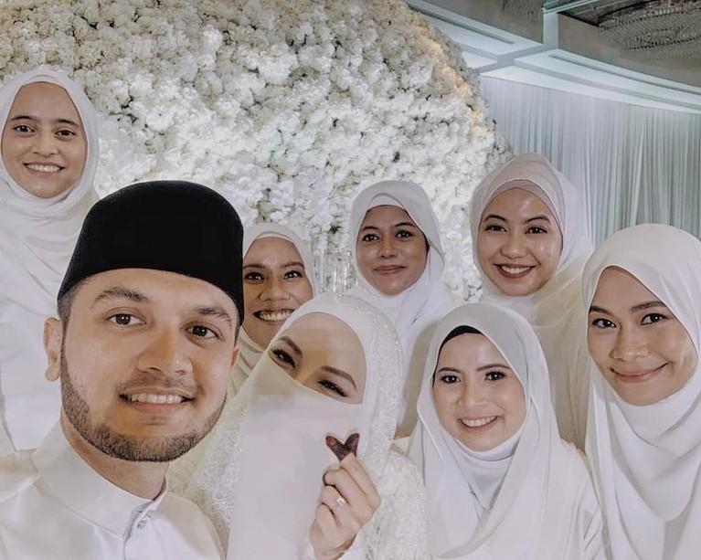 Adik ipar Engku Emran, Neelofa disebut melanggar prokes COVID-19 saat menggelar acara pernikahannya. Berikut suasana pernikahannya!