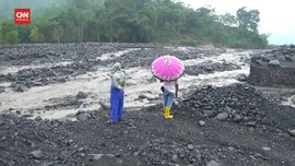 VIDEO: Banjir Sungai Aliran Semeru Isolasi Satu Desa