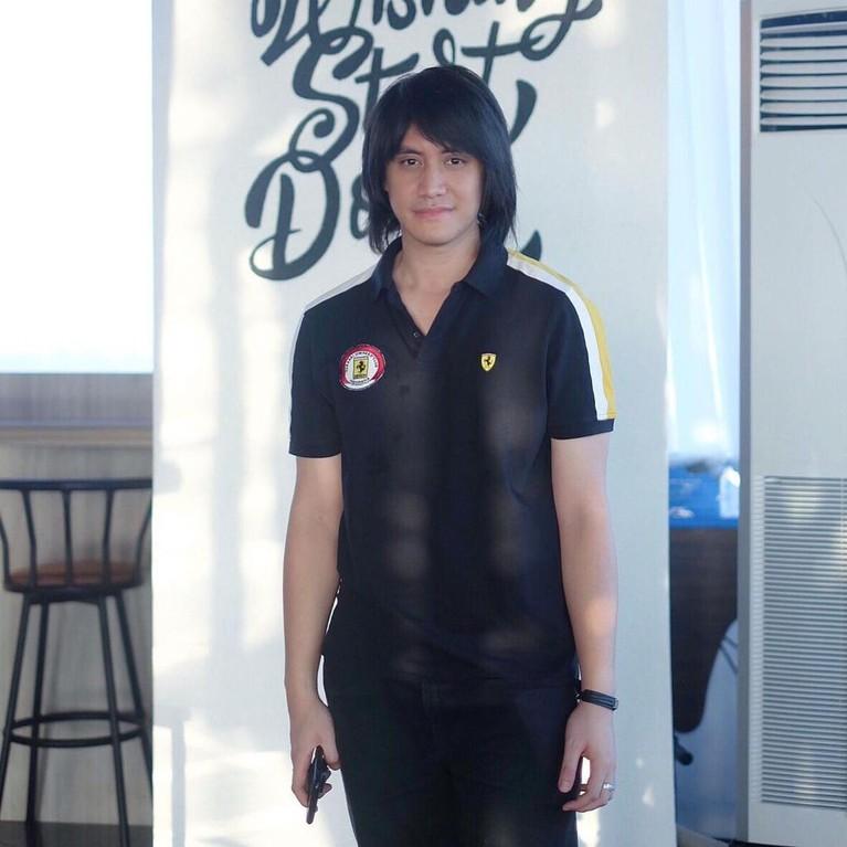 Kevin Aprilio terkenal dengan style rambut gondrongnya. Berikut beberapa transformasi gaya rambut Kevin!