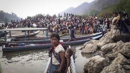 FOTO: Warga Desa Myanmar Masuk Hutan Hindari Gempuran Tentara