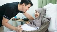 <p>Zaskia Sungkar terlihat sudah berada di rumah sakit untuk melahirkan, Bunda. Ia tampak ditemani sang suami, Irwansyah. (Foto: Instagram @childbirthphotography)</p>