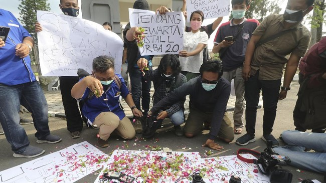 Menyikapi dugaan penganiayaan aparat terhadap jurnalis Tempo di Surabaya, kelompok-kelompok wartawan di sejumlah daerah melakukan aksi solidaritas.