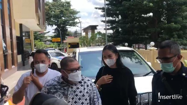 Mediasi dengan Angel Lelga, Vicky Prasetyo mengajak istrinya Kalina Oktarani. Berikut penampakan mereka!