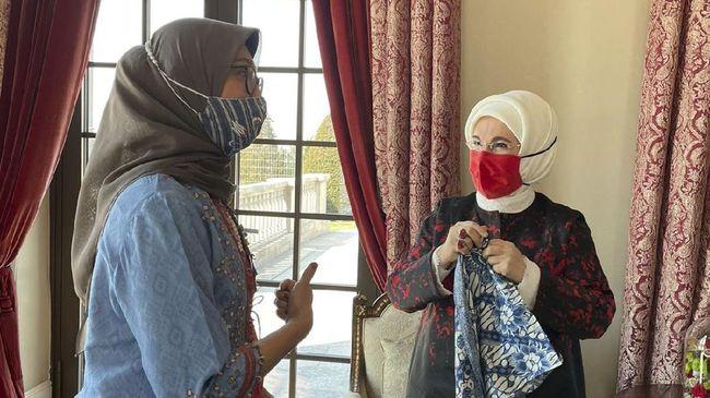 Ibu Negara Turki disebut begitu mencintai batik Indonesia. Selama beberapa waktu, ia dilaporkan kerap mengenakan masker batik saat menerima tamu kenegaraan.
