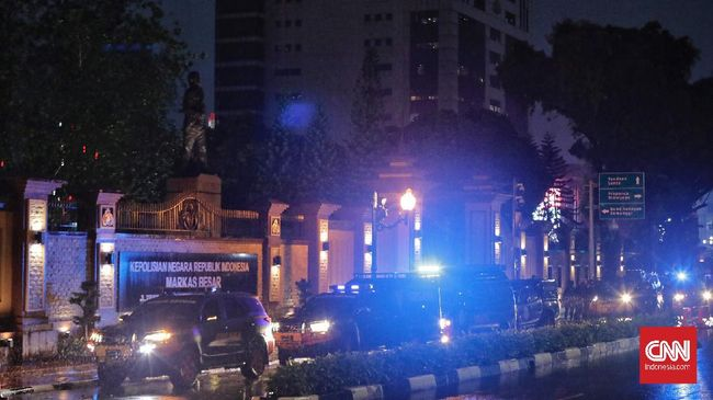 Anggota keluarga jenazah terduga pelaku teror di Mabes Polri, Jakarta Selatan, menyambangi Rumah Sakit Polri Kramat Jati, Jakarta Timur, Rabu (31/3) malam.