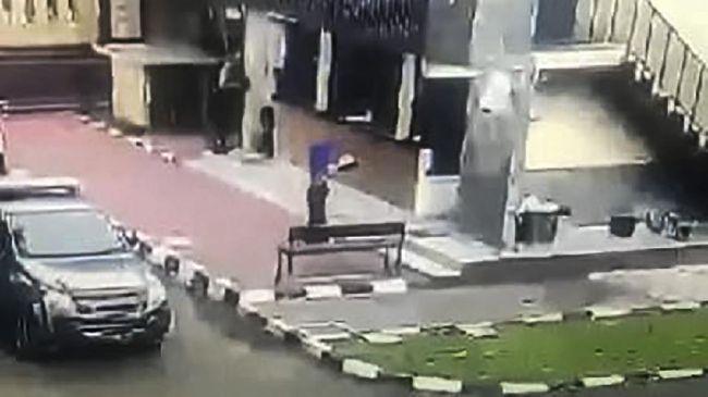 Penyerangan ke Mabes Polri, Jakarta Selatan, Rabu (31/3) sore menyita perhatian netizen.